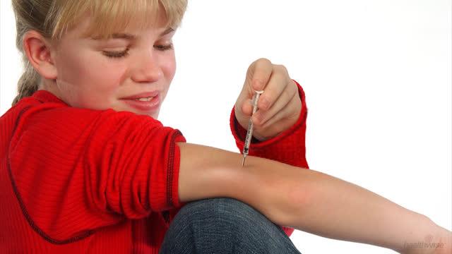 Insulina: Cómo darse una inyección en el brazo con una jeringa