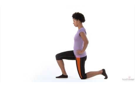 Cómo hacer el estiramiento del flexor de la cadera (subtitulado)