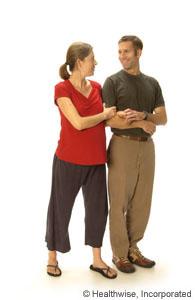 Un hombre y una mujer embarazada caminando juntos