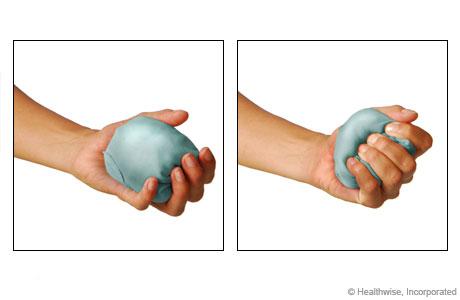 Ejercicio de apretar una pelota o un calcetín