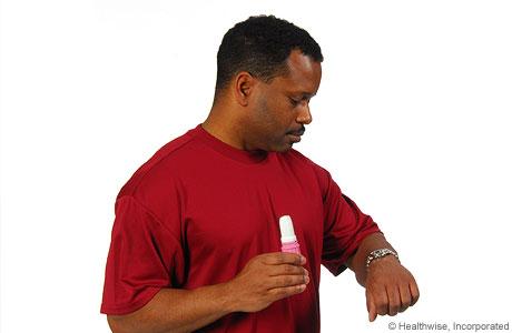 Hombre conteniendo la respiración y mirando el reloj