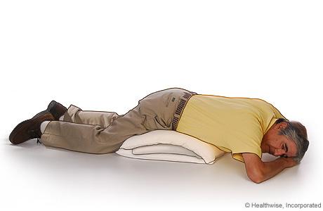 Imagen de la posición para acostarse para drenar la parte posterior de sus pulmones cuando usted tiene EPOC