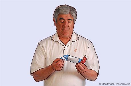 Foto de un hombre quitando la tapa del espaciador