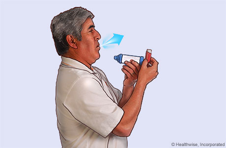 Foto de un hombre inclinando la cabeza ligeramente hacia atrás y exhalando
