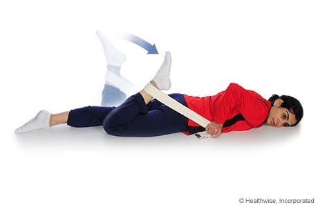 Una mujer haciendo un estiramiento de cuádriceps (boca abajo)