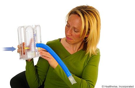 Una mujer moviendo el control deslizante de un espirómetro
