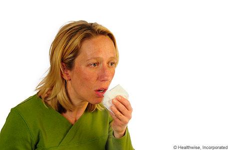 Una mujer tosiendo para aflojar la mucosidad