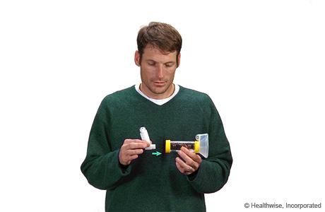 Introducir el inhalador en el espaciador con mascarilla