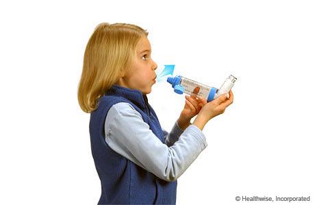 Una niña exhalando completamente