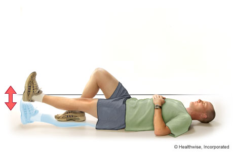 Un hombre haciendo elevaciones de la pierna estirada hacia adelante