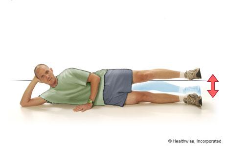 Un hombre haciendo elevaciones de la pierna estirada hacia afuera