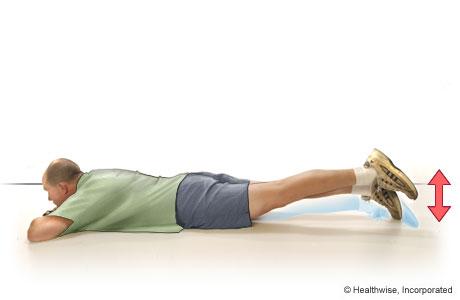 Un hombre haciendo elevaciones de la pierna estirada hacia atrás