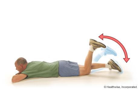 Un hombre realizando flexión y extensión de los isquiotibiales
