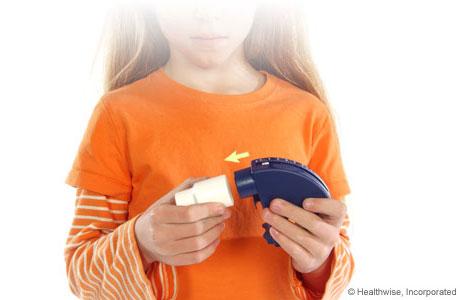 Una niña conectando una boquilla al medidor de flujo máximo