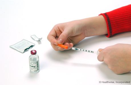 Cómo extraer el capuchón de plástico de la aguja