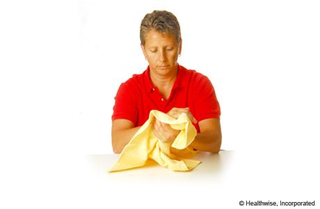 Mujer lavándose las manos antes de la prueba