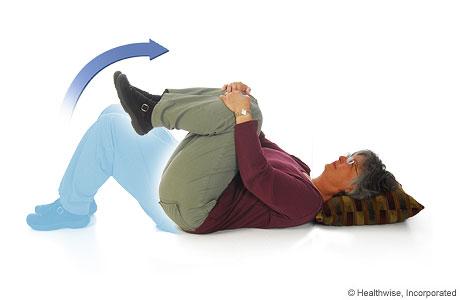 Imagen de cómo hacer el ejercicio de rodillas flexionadas sobre el pecho